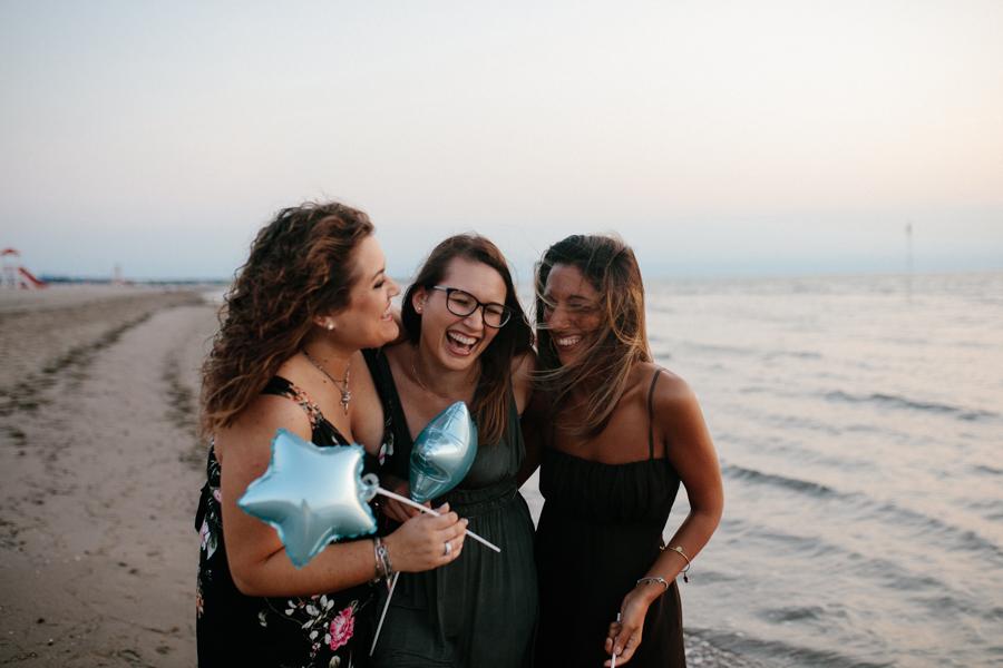 fotografo ritratti ragazze amiche mare alba spiaggia rovigo venezia veneto